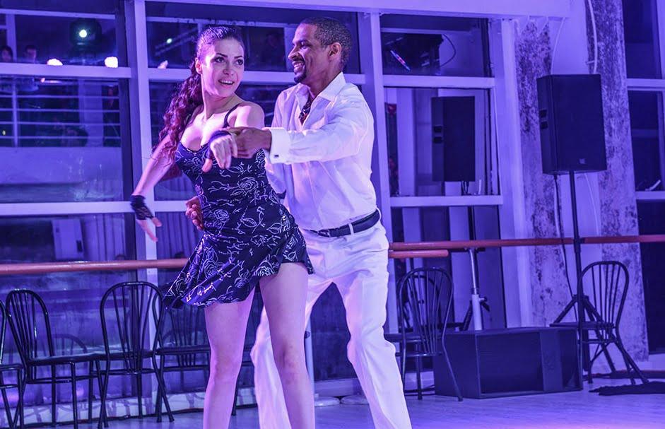 couple dance salsa